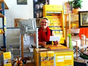Helga Brune in ihrer kleinen Postfiliale